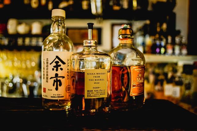 tři lahve japonské whisky