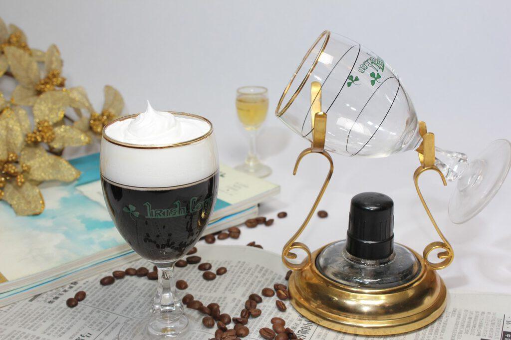irská káva při servírování